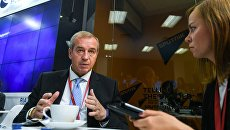 Губернатор Иркутской области Сергей Левченко в радиорубке Sputnik на площадке IV Восточного экономического форума