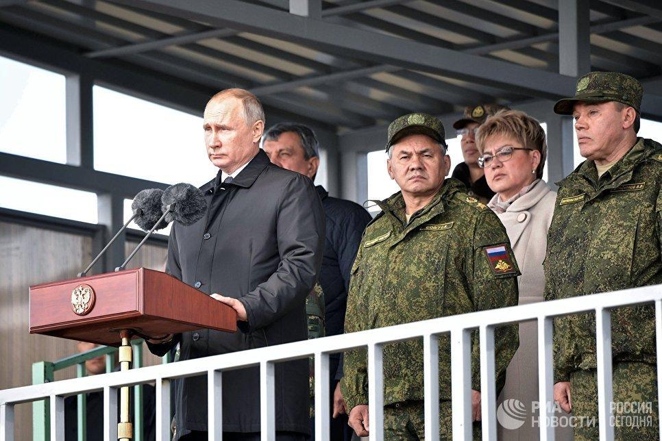 Владимир Путин выступает на параде участников военных маневров Восток-2018 на забайкальском полигоне Цугол. 13 сентября 2018