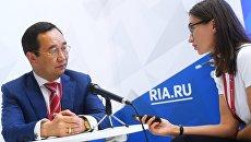 Айсен Николаев во время интервью на стенде Международного информационного агентства Россия сегодня на IV Восточном экономическом форуме