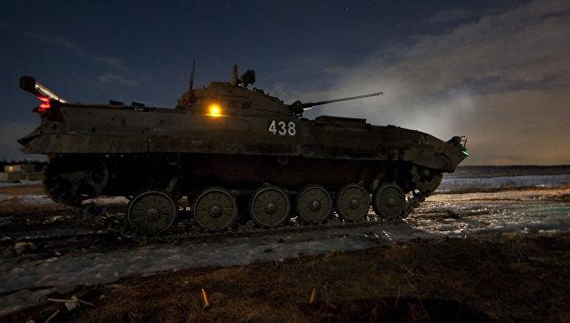 Боевая машина пехоты (БМП-2) во время тактических учений. Архивное фото