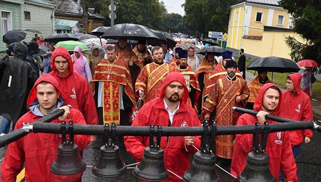 Участники VII Елисаветинского крестного хода направляются из села Ильинское в село Усово. 16 сентября 2018
