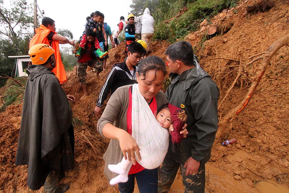 Эвакуация жителей города Итогон после массовых оползней, вызванных супертайфуном Мангхут на Филиппинах. 16 сентября 2018 года