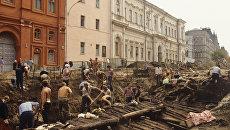 Старинная бревенчатая мостовая. Археологические раскопки на Красной площади