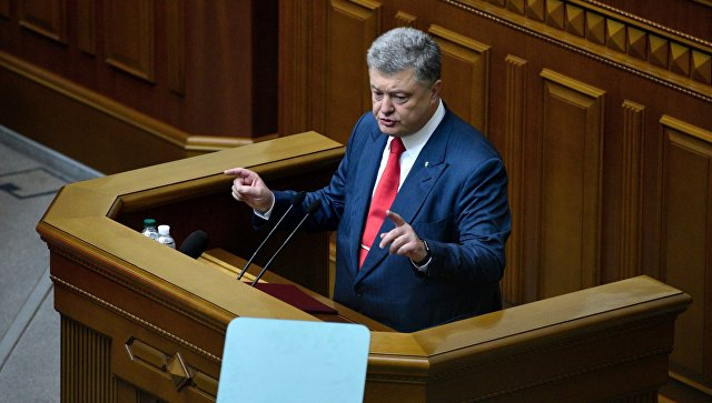 Президент Украины Петр Порошенко выступает на заседании Верховной рады Украины. Архивное фото