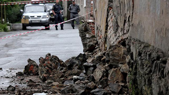 Стена аварийного жилого дома треснула среди ночи