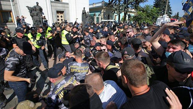 Участники акции протеста во время митинга у здания Верховной рады Украины в Киеве