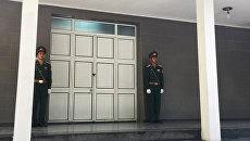 Солдатский караул перед дверями морга Национального военного госпиталя в Ханое, где предположительно находится тело президента Вьетнама Чан Дай Куанга. 21 сентября 2018