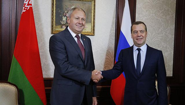 Председатель правительства РФ Дмитрий Медведев и премьер-министр Республики Беларусь Сергей Румас во время встречи. Архивное фото