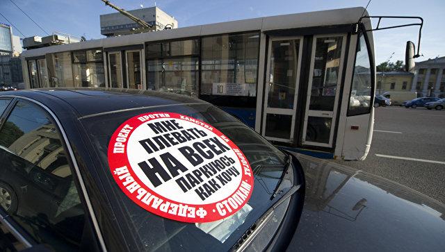 Наклейка движения СтопХам на стекле автомобиля в Москве. Архивное фото