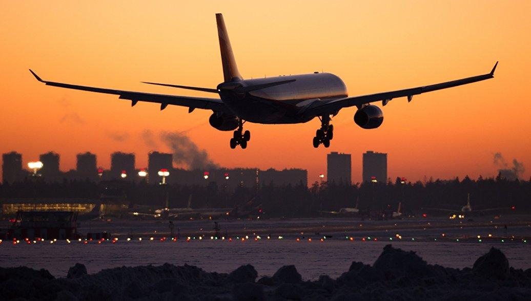 Самолет Airbus заходит на посадку над Москвой