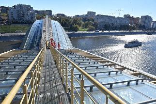Промышленные альпинисты на крыше моста