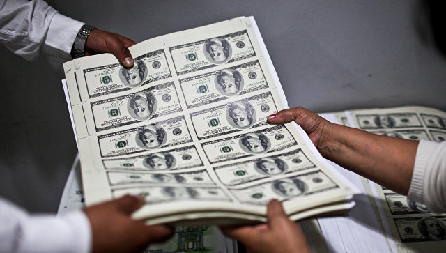 Листы с напечатанными долларовыми банкнотами. Архивное фото