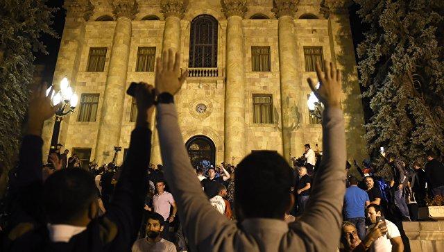 Демонстранты у парламента Армении в Ереване. 2 октября 2018 года