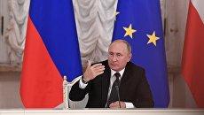 Президент РФ Владимир Путин во время совместной с федеральным канцлером Австрийской Республики Себастианом Курцем пресс-конференции по итогам встречи