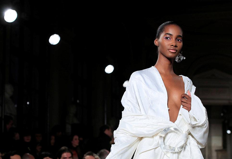 Модель на показе Esteban Cortazar в рамках Недели моды в Париже