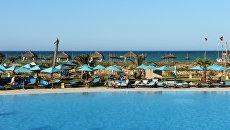 Пляж отеля Sensimar Palm Beach Palace Djerba на острове Джерба в Тунисе.