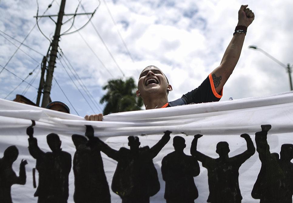 Участник студенческого протеста, выступающий с требованием увеличения финансирования высшего образования в Калье