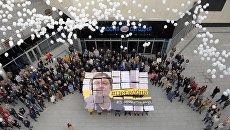 Участники акции в поддержку руководителя портала РИА Новости Украина Кирилла Вышинского у Международного мультимедийного пресс-центра МИА Россия сегодня в Москве. 12 октября 2018