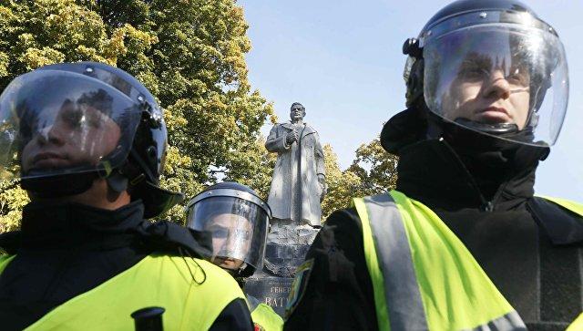 Сотрудники правоохранительных органов Украины у памятника генералу Ватутину в Киеве. 14 октября 2018