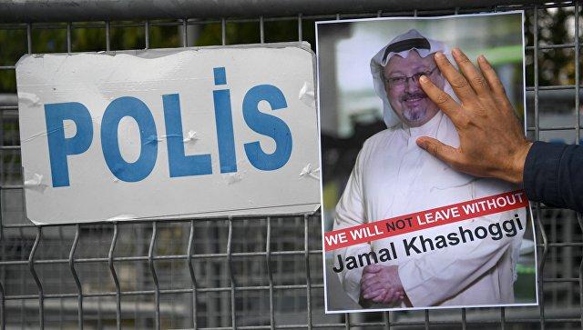 Участник акции протеста с портретом саудовского журналиста Джамаля Хашукджи у здания консульства Саудовской Аравии в Стамбуле. Октябрь 2018