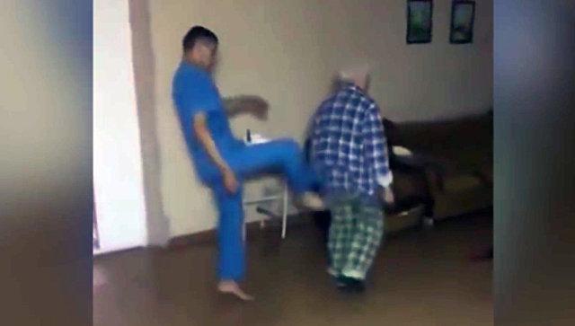 Стоп-кадр видео снятого в психбольнице Магнитогорска, где сотрудники диспансера издевается над больным