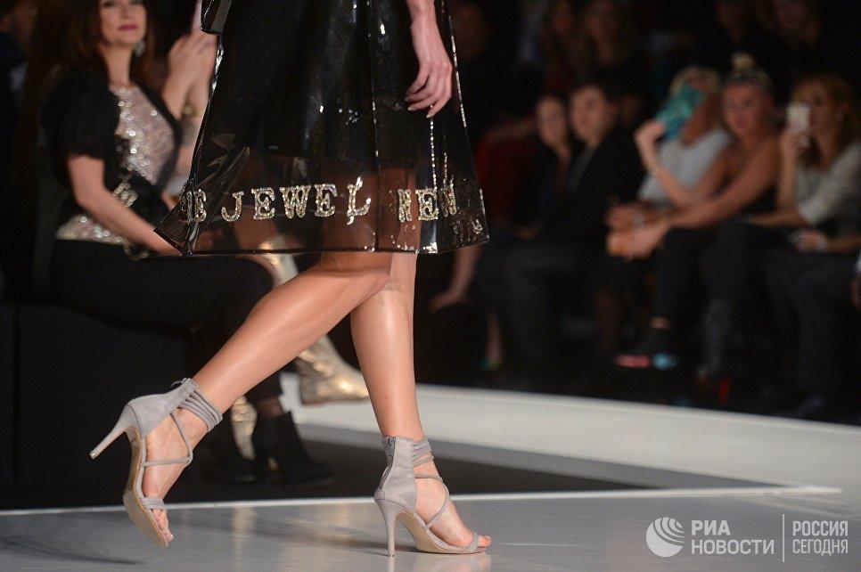 Модель демонстрирует одежду из новой коллекции дизайнера Юлии Далакян в рамках Mercedes-Benz Fashion Week Russia