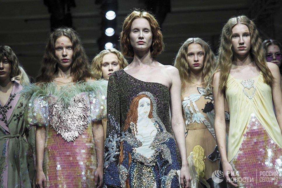 Модели демонстрируют одежду из новой коллекции Алены Ахмадуллиной в рамках Mercedes-Benz Fashion Week Russia