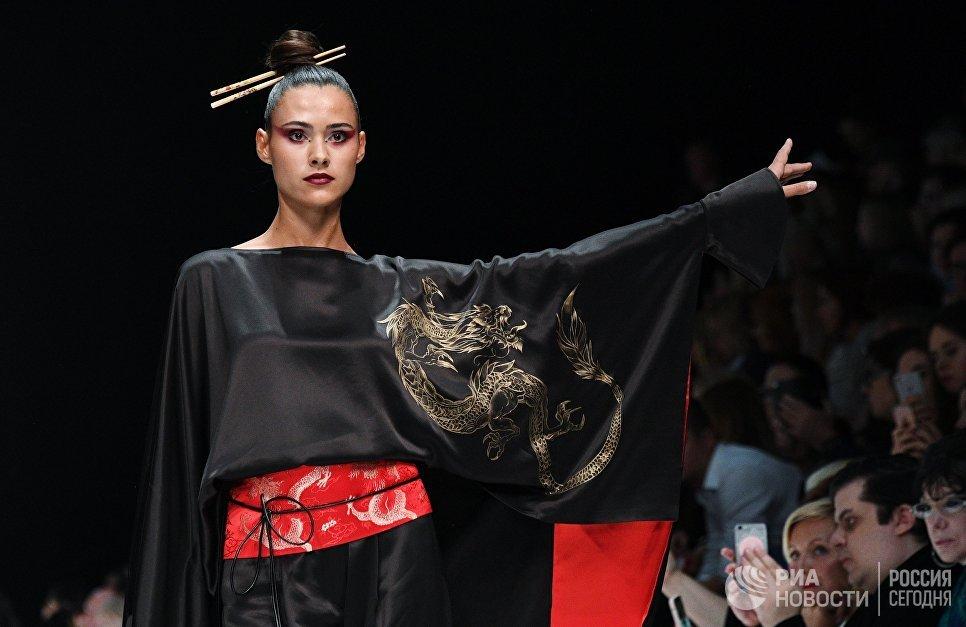 Модель демонстрирует одежду из новой коллекции дизайнера Елены Супрун в рамках Mercedes-Benz Fashion Week Russia