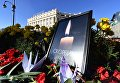 Цветы у народного мемориала во Владивостоке в память о погибших в Керченском политехническом колледже, в котором произошли взрыв и стрельба