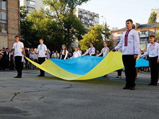 Ученики на торжественной линейке, посвященной Дню знаний, в Киеве. Архивное фото