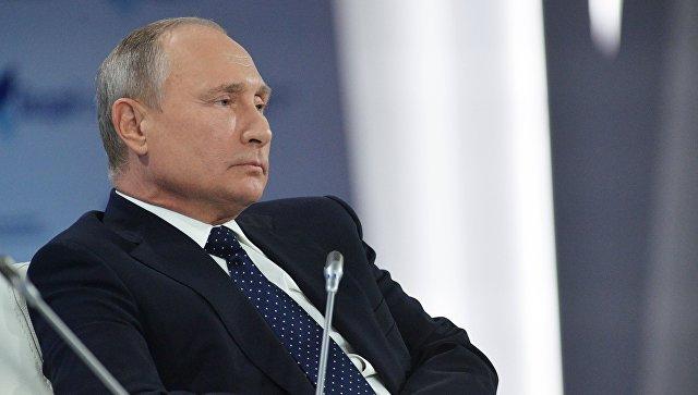 Россия будет двигаться в направлении дедолларизации экономики, заявил Путин