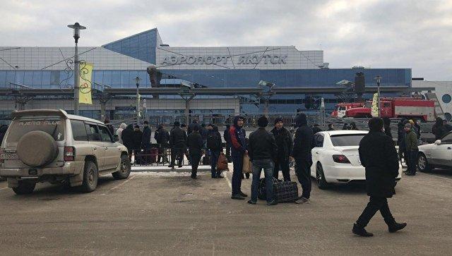 В Якутске 400 человек эвакуировали из аэропорта из-за дымовой шашки