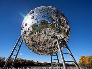 Арт-объект Луна у квартала Сердце Столицы на Шелепихинской набережной Москвы-реки