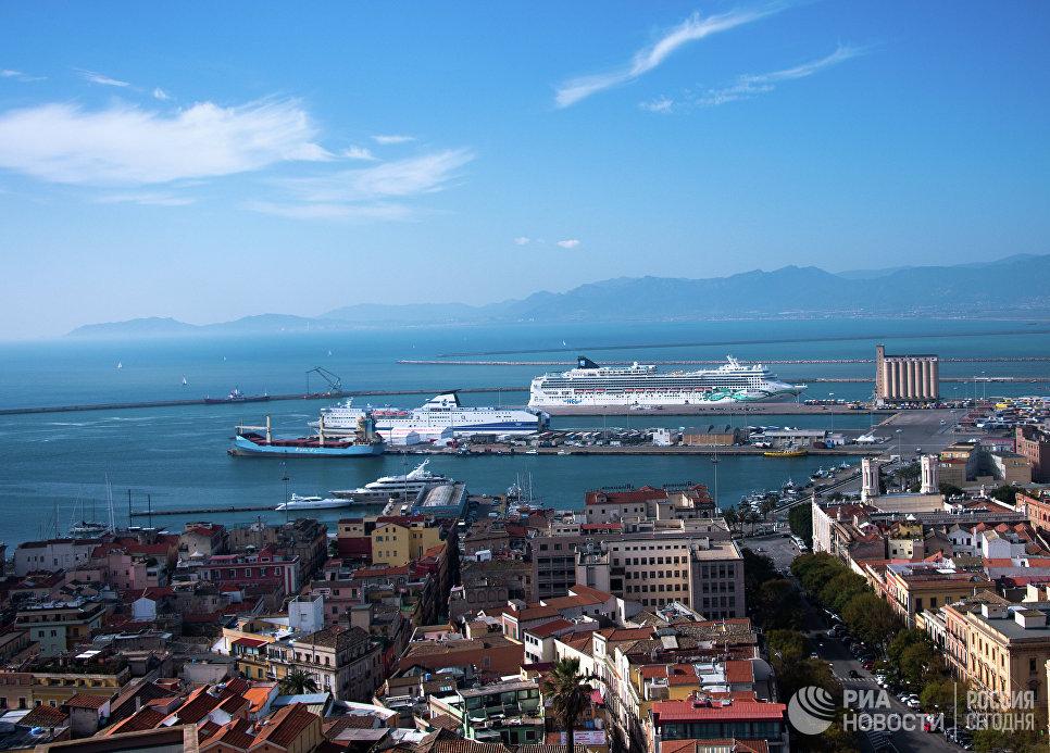 Круизные лайнеры в порту города Кальяри (Сардиния).