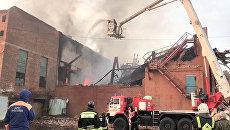 Сотрудники противопожарной службы на месте пожара на заводе Электроцинк во Владикавказе. 21 октября 2018