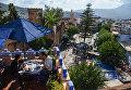 Люди в кафе на крыше одного из домов в городе Шефшауэн