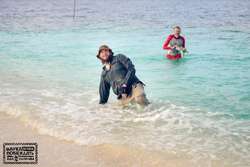 Необитаемый остров. Выходим на берег после заплыва на плоту.
