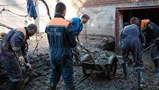 Спасатели во время устранения последствий наводнения в городе Хадыженск. 28 октября 2018