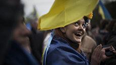 Девушка с флагом Украины на плечах
