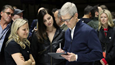 Глава Apple Тим Кук и певица Лана Дель Рей на презентации нового планшета от Apple в Нью-Йорке, США. 30 октября 2018