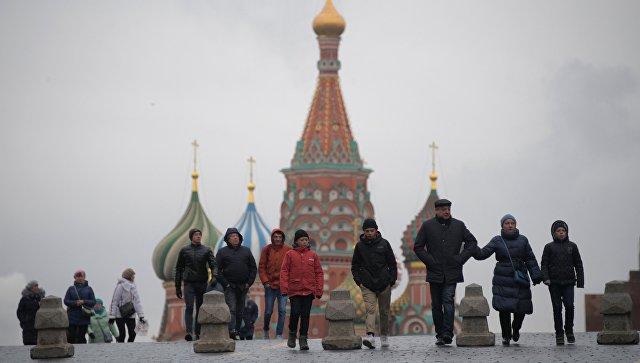 Прохожие идут по Красной площади в Москве. Архивное фото