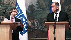 Министр иностранных дел РФ Сергей Лавров и генеральный секретарь ОБСЕ Томас Гремингер на пресс-конференции после встречи в Москве