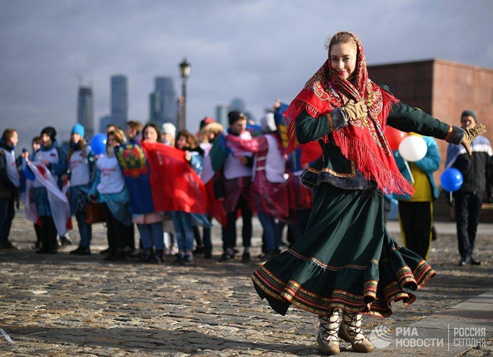 Волонтеры во время флешмоба в честь Дня народного единства на Поклонной горе в Москве