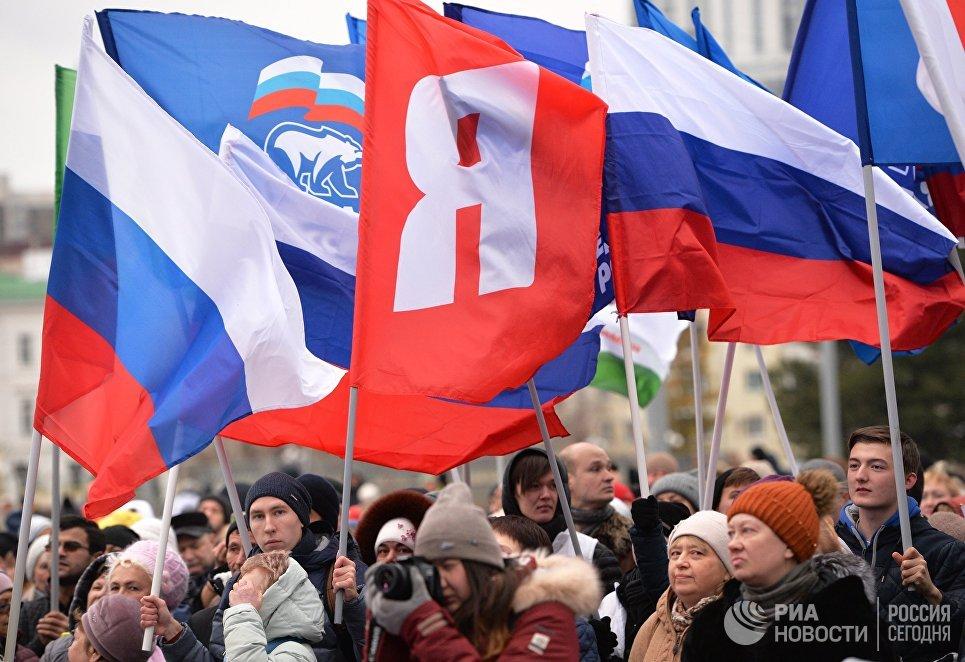 Участники митинга-концерта на площади Труда в Екатеринбурге.