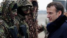 Президент Франции Эммануэль Макрон во время военных учений французской армии в военном лагере недалеко от Реймса. Архивное фото