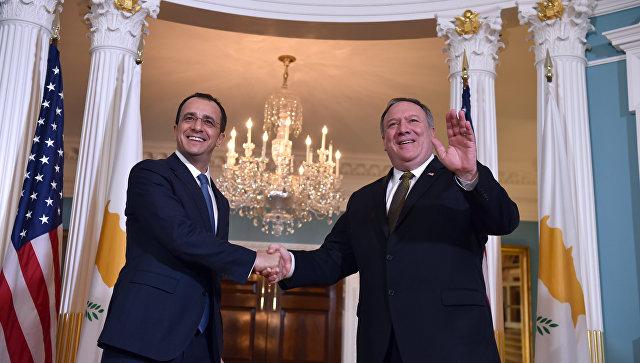 Министр иностранных дел Кипра Никос Христодулидис и Государственный секретарь США Майк Помпео в Госдепартаменте США в Вашингтоне. 6 ноября 2018
