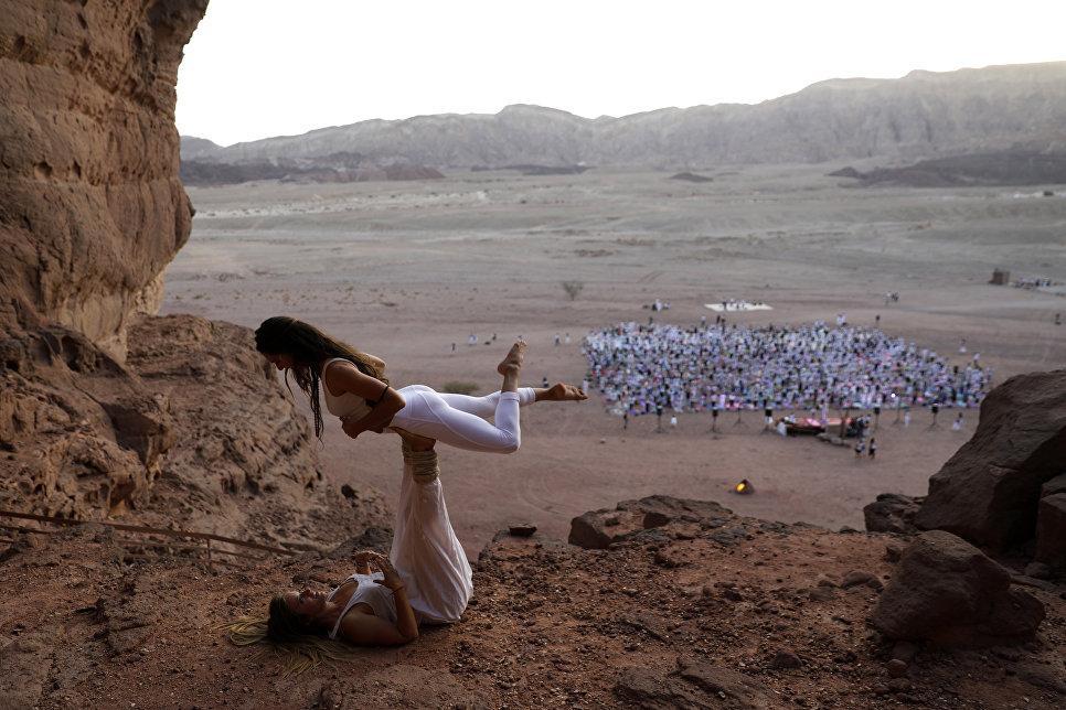 Участники фестиваля йоги в израильской пустыне Арава