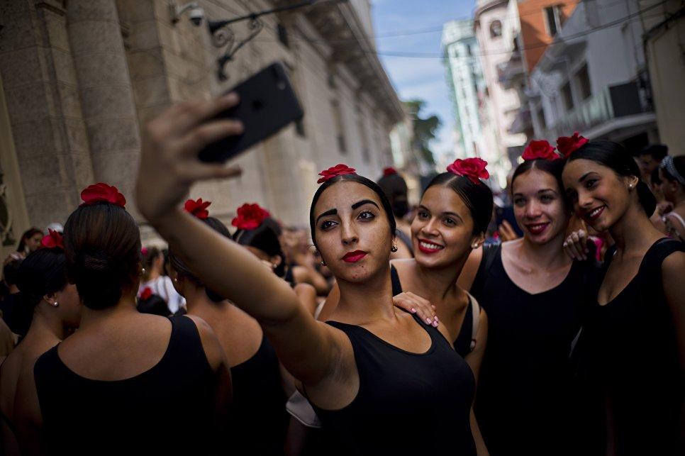 Танцоры фламенко фотографируются перед выступлением в Гаване