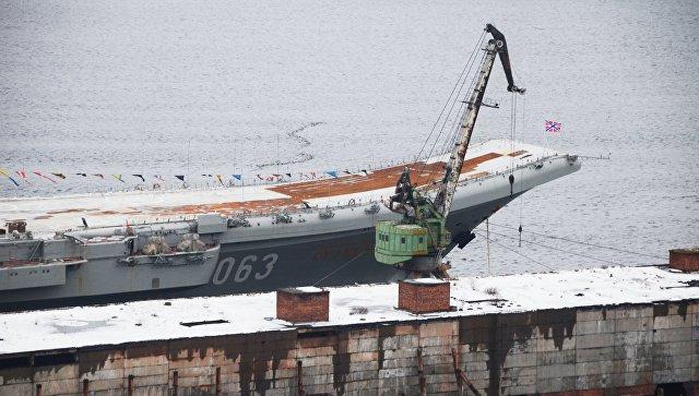 """Источник рассказал, когда с палубы """"Адмирала Кузнецова"""" уберут упавший кран"""