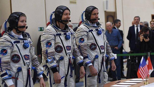 Члены основного экипажа МКС-58/59 перед началом комплексных экзаменационных тренировок в Центре подготовки космонавтов. 14 ноября 2018